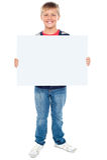 De holdingsspatie van de jongen whiteboard Stock Foto