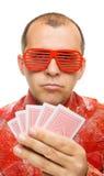 De holdingsspeelkaarten van de gokker stock fotografie