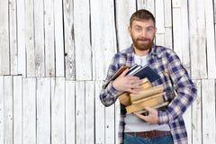 De holdingsstapel van de mens boeken Stock Foto