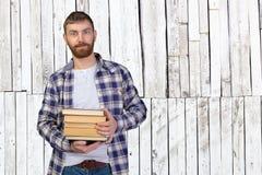 De holdingsstapel van de mens boeken Stock Fotografie