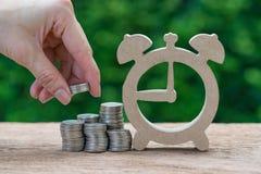 De holdingsstapel van de vrouwenhand van muntstukkengeld die op stapel van muntstuk zetten stock fotografie