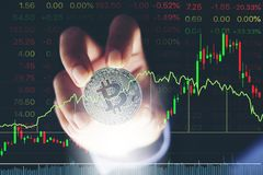 De holdingsstrook Bitcoins van de mensen` s hand en Nieuw Virtueel geldconcept Royalty-vrije Stock Fotografie