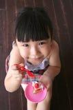 De holdingsstuk speelgoed van het meisje cake Stock Afbeelding