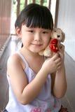 De holdingsstuk speelgoed van het meisje hond Royalty-vrije Stock Foto's