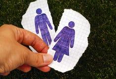 De holdingsstuk van de persoonshand van document met hand getrokken vrouwencijfer Stock Foto