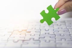 De holdingsstuk van de vrouwenhand van puzzel in groen, concept bedrijfsgroepswerk, eenheid Royalty-vrije Stock Foto