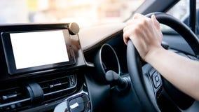 De holdingsstuurwiel van de bestuurdershand in de auto stock foto's