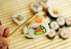 De holdingssushi van de hand. Japans traditioneel voedsel Royalty-vrije Stock Afbeeldingen