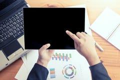De holdingstablet van de onderneemsterhand en het analyseren van bedrijfsrapport, Stock Afbeeldingen