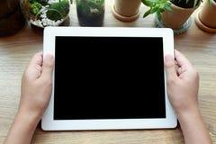 De holdingstablet van de vrouwenhand en het letten op het scherm Royalty-vrije Stock Foto's