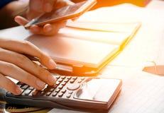 De holdingstelefoon, gebruikt mobiele telefoon voor het zoeken van gegevens in bureau of huis Royalty-vrije Stock Afbeelding