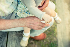 De holdingsvinger van het babymeisje van hogere mensenhand Royalty-vrije Stock Fotografie