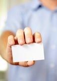 De holdingsvisitekaartje van de mens Stock Foto's
