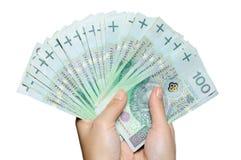 De holdingswaaier van de hand van poetsmiddel 100 plnbankbiljetten Stock Foto's