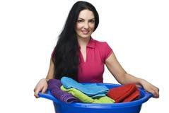 De holdingswasmand van de vrouw met handdoeken royalty-vrije stock fotografie