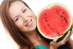 De holdingswatermeloen van de schoonheidsvrouw in haar hand stock afbeeldingen