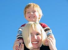 De holdingszoon van Mum op schouders Royalty-vrije Stock Foto