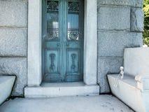 De Hollywood cemitério para sempre - esqueleto pequeno que senta-se em um banco no jardim das legendas Foto de Stock Royalty Free