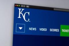 De homepage van de de Kansas City Royalswebsite van het honkbalteam Sluit omhoog van teamembleem stock foto