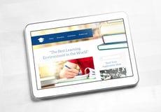 De homepageontwerp van de schoolwebsite op het tabletscherm stock afbeelding