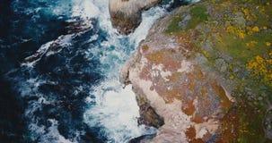 De hommel die boven ongelooflijke rotsachtige overzeese kust vliegen, blauwe golven verplettert over grote klippen bij zonnig Big stock videobeelden