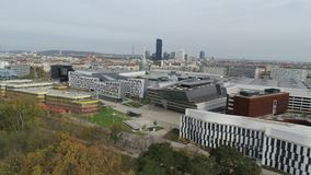 De hommel lucht moderne stad van Wenen en groene aard stock footage