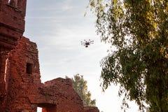 De hommel met de professionele camera neemt beelden Hexacopterhommel met hoge resolutie digitale camera op de hemel Stock Foto
