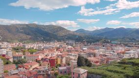 De hommel vliegt omhoog over verbazende Italiaanse comune Sestri Levante in zonnige de zomerdag, die stadspanorama tonen stock videobeelden