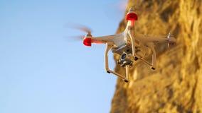 De hommel in de zonsonderganghemel de oceaangolfbergen sluiten omhoog van quadrocopter in openlucht concept voor het huwelijksvid stock videobeelden