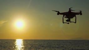 De hommel in de zonsonderganghemel de oceaangolfbergen sluiten omhoog van quadrocopter in openlucht concept voor het huwelijksvid stock footage