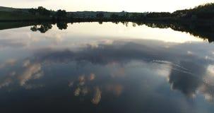 De hommelbezinning van het zonsondergangmeer stock video