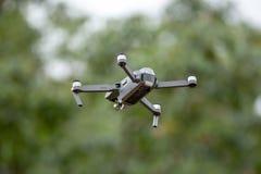 De hommelhelikopter die met digitale camera vliegen Royalty-vrije Stock Fotografie
