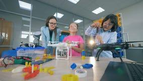 De hommels van de leraarsstudie, vliegtuigentechnologieën bij lage school Innovatief onderwijsconcept stock footage
