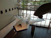 De hommelvliegtuigen hangen in de lucht bij de Nationale Lucht en Ruimtemu Stock Foto