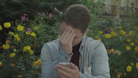 De homosexueel zet poeder op zijn gezicht stock video