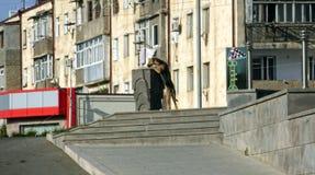 De hond drinkt water van straat het drinken fontein Royalty-vrije Stock Foto's