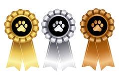 De hond toont de rozet van het winnaarlint Stock Foto's