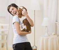 De Hond van de Holding van de vrouw stock fotografie