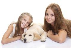 De hond van het familiehuisdier met jonge geitjes Royalty-vrije Stock Foto