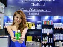 De hond van Thailand toont 2014 BANGKOK, THAILAND 28,2014 Juni Niet geïdentificeerde model voorgestelde hondshampoo, het centrum  Stock Foto