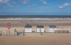 De honden op het lood ondertekenen met strandhutten op het strand van Oostende in België royalty-vrije stock foto
