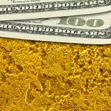 De honderd dollarsbankbiljetten op gouden oppervlakteachtergrond sluiten omhoog Royalty-vrije Stock Foto's