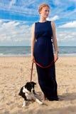 De hondstrand van de roodharigevrouw, De Panne, België stock foto
