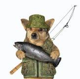 De hondvisser houdt een grote vis stock foto
