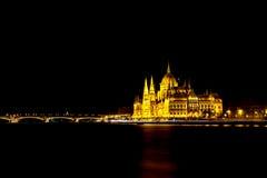 De Hongaarse het Parlement Bouw en Brug bij Nacht Royalty-vrije Stock Foto's
