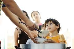 De hongerige kinderen in vluchteling kamperen Stock Foto's