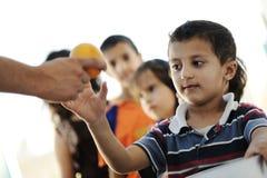 De hongerige kinderen in vluchteling kamperen royalty-vrije stock afbeeldingen