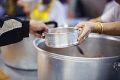 De hongerproblemen van de armen zijn geschonken voedsel geweest om honger te verminderen: het concept honger stock foto's