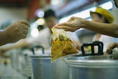 De hongerproblemen van de armen zijn geschonken voedsel geweest om honger te verminderen: het concept honger royalty-vrije stock afbeeldingen