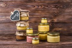 De honing in een glaskruik op een donkere houten achtergrond ï ¿ ½ halk scheept in royalty-vrije stock afbeelding